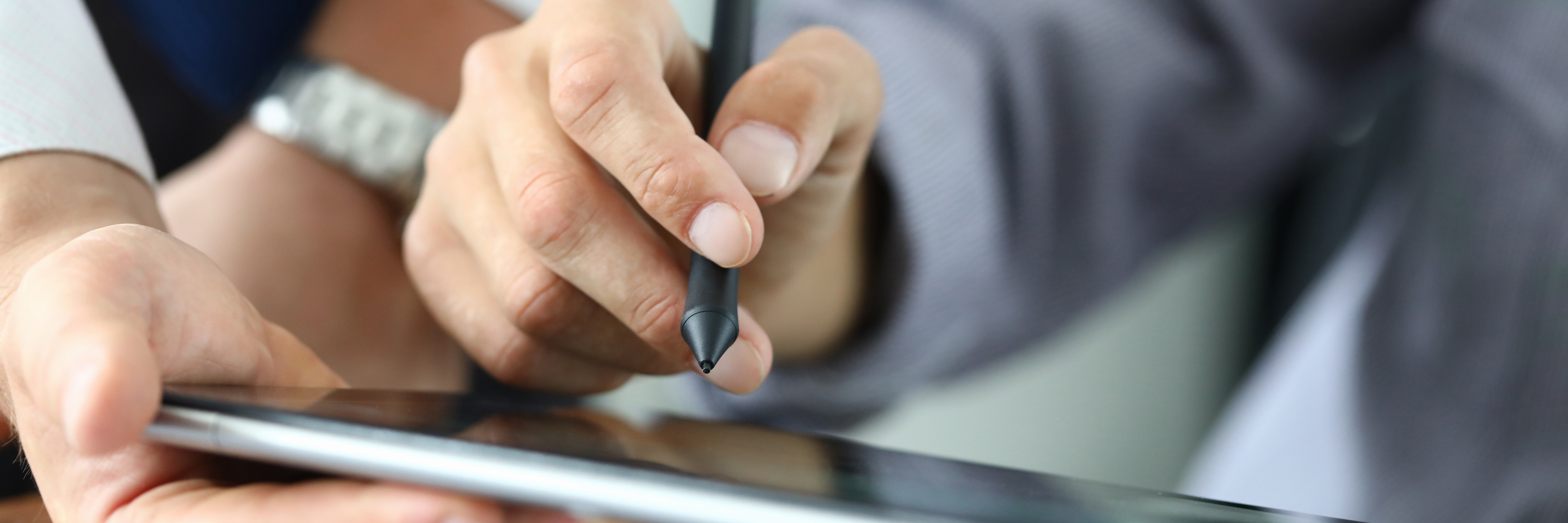 Image showing someone signing on a tablet. Electronic signatures in Brazil are being increasingly used by individuals & businesses. Learn about the legality of use with this guide.